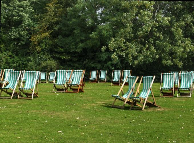 Solstolar uppställda i en engelsk park
